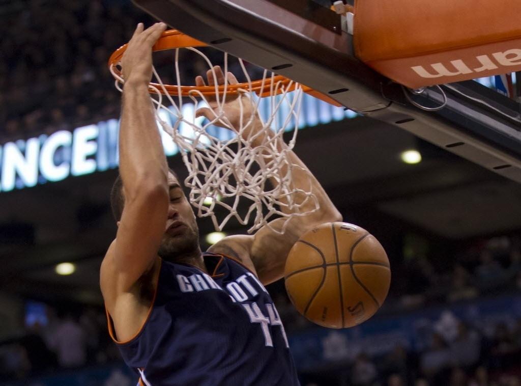 18.dez.2013 - Jeff Taylor, do Charlotte Bobcats, enterra na vitória sobre o Toronto Raptors, fora de casa, por 104 a 102