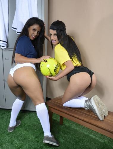 """19.dez.2013 - A famosa produtora Brasileirinhas começou a filmar seu especial de Copa nesta quarta-feira, em São Paulo; será a segunda parte da """"Copa do Sexo"""", que fez barulho em 2010, durante o Mundial da África do Sul. Carol Dias (e) e Carol Castro gravaram a primeira cena."""