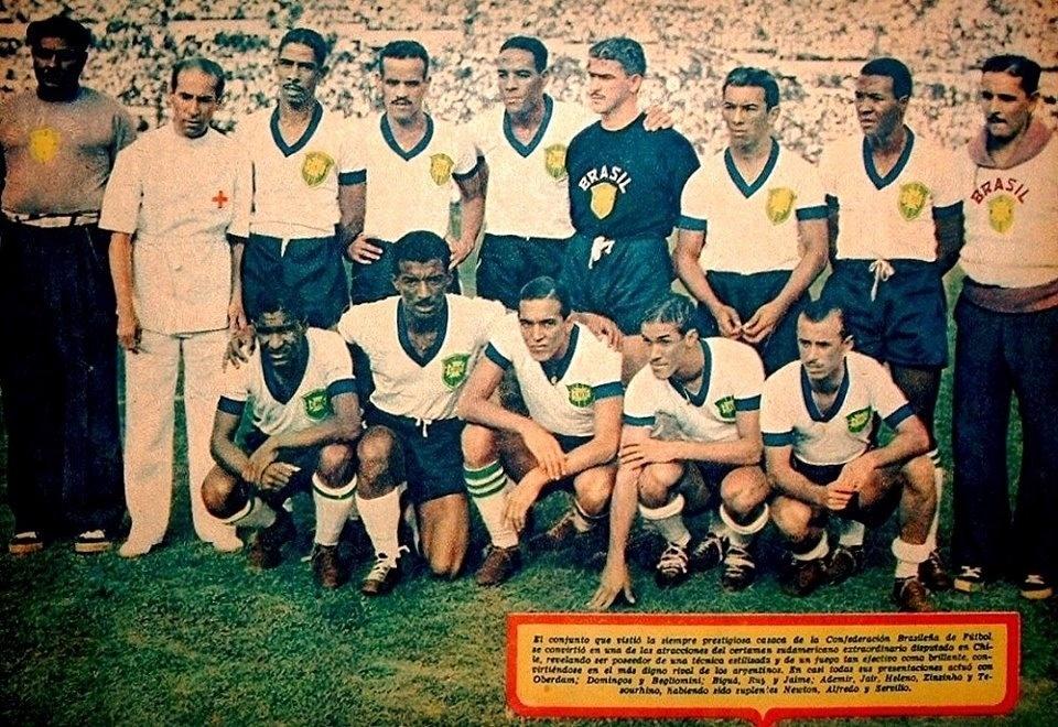 Entre algumas fotos mais antigas da coleção de Harley Lima Fernandes, figura esta, triada em janeiro de 1945 antes do jogo contra a Colômbia pelo Sul-Americano. Na época, a seleção brasileira usava camisas brancas