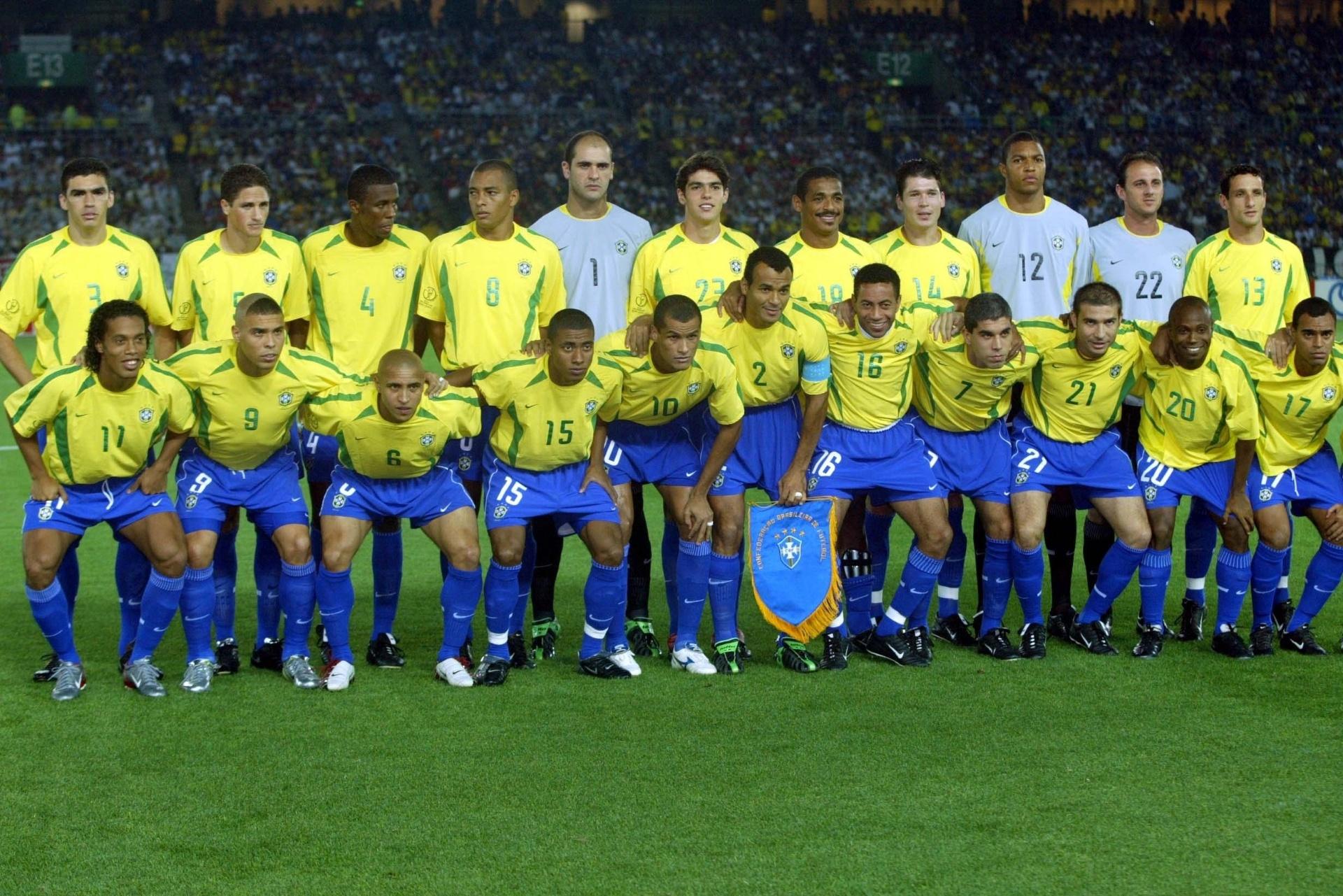 Harley Lima Fernandes guarda imagens históricas da seleção brasileira em Copas do Mundo, como esta imagem do time posado durante o Mundial de 2002