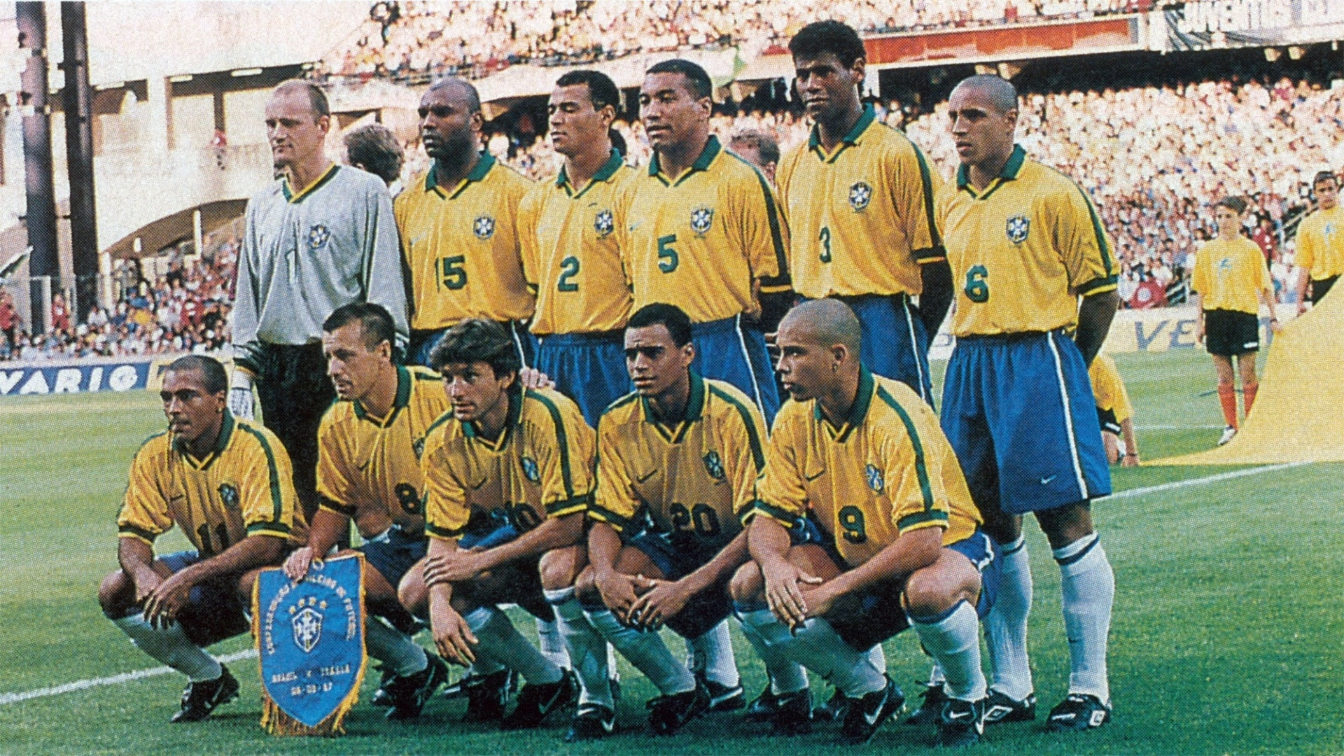 Torcedor apaixonado da seleção brasileira, Harley Lima Fernandes tem um acervo com mais de três mil fotos posadas da equipe. Esta foi tirada antes do jogo contra a Itália, em junho de 1997, pelo Torneio da França