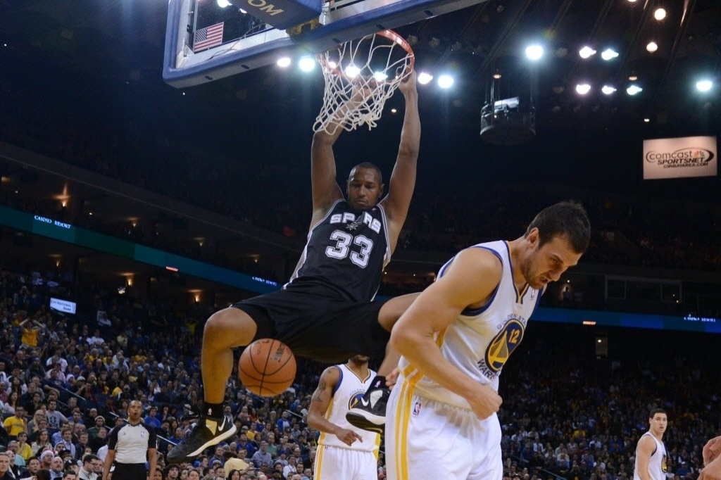 19.dez.2013 - Boris Diaw enterra e faz pose no triunfo do Spurs sobre os Warriors por 104 a 102