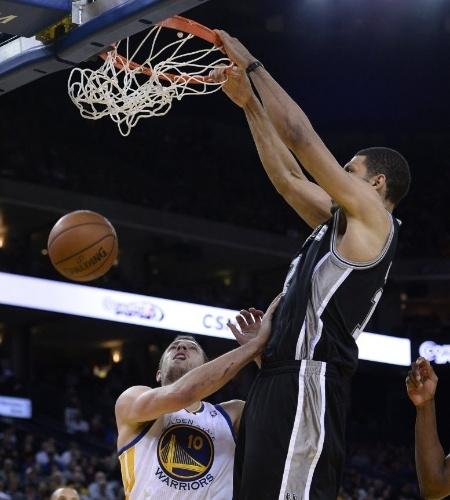 19.dez.2013 - Jeff Ayres enterra para os Spurs na vitória sobre os Warriors por 104 a 102