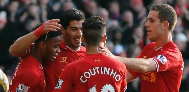 Luis Suárez e Philippe Coutinho comemoram gol do Liverpool em 2013