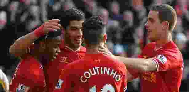 Luis Suárez e Philippe Coutinho comemoram gol do Liverpool em 2013 - Phil Noble/Reuters