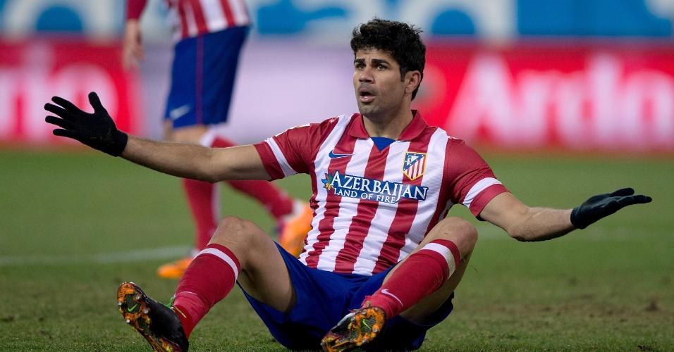 21.dez.2013 - Diego Costa reclama após ser derrubado na partida entre Atlético de Madri e Levante pelo Campeonato Espanhol