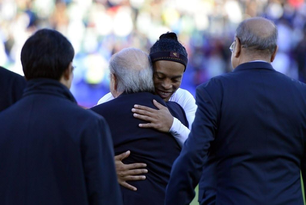 Ronaldinho abraça o Presidente da Fifa, Joseph Blatter antes do jogo (21.dez.2013)