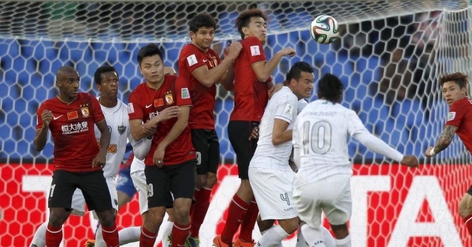 Ronaldinho cobra falta para o Atlético-MG contra o Guangzhou (21.dez.2013)