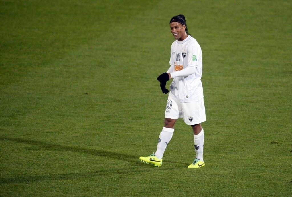 Ronaldinho deixa o gramado após ser expulso de campo no Mundial (21.dez.2013)
