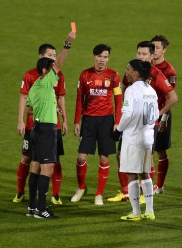 Ronaldinho Gaúcho é expulso da partida entre Atlético-MG e Guangzhou (21.dez.2013)