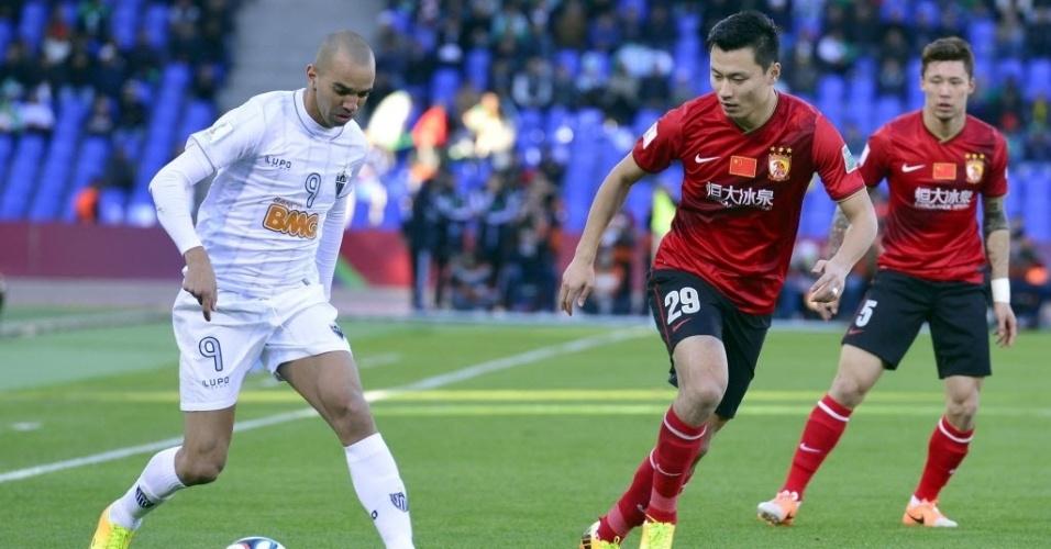 Tardelli dribla jogadores do Guangzhou Evergrande (21.dez.2013)