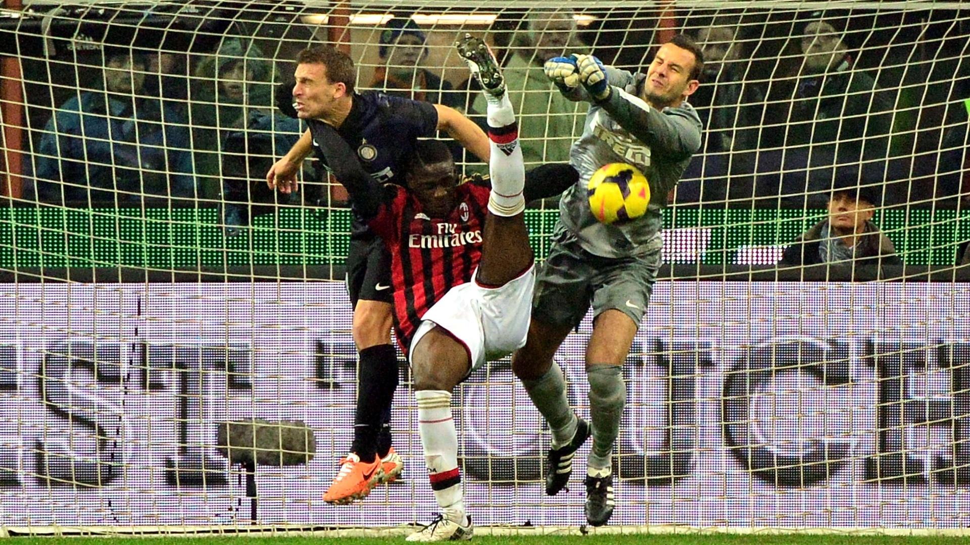 22.dez.2013 - Atacante italiano Balotelli dsputa a bola pelo alto com o zagueiro Campagnaro e o goleiro Handanovic, da Inter de Milão