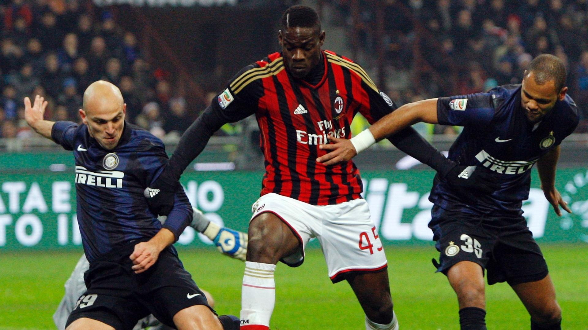 22.dez.2013 - Atacante italiano Balotelli tenta escapar da marcação de Cambiasso e Rolando, da Inter de Milão