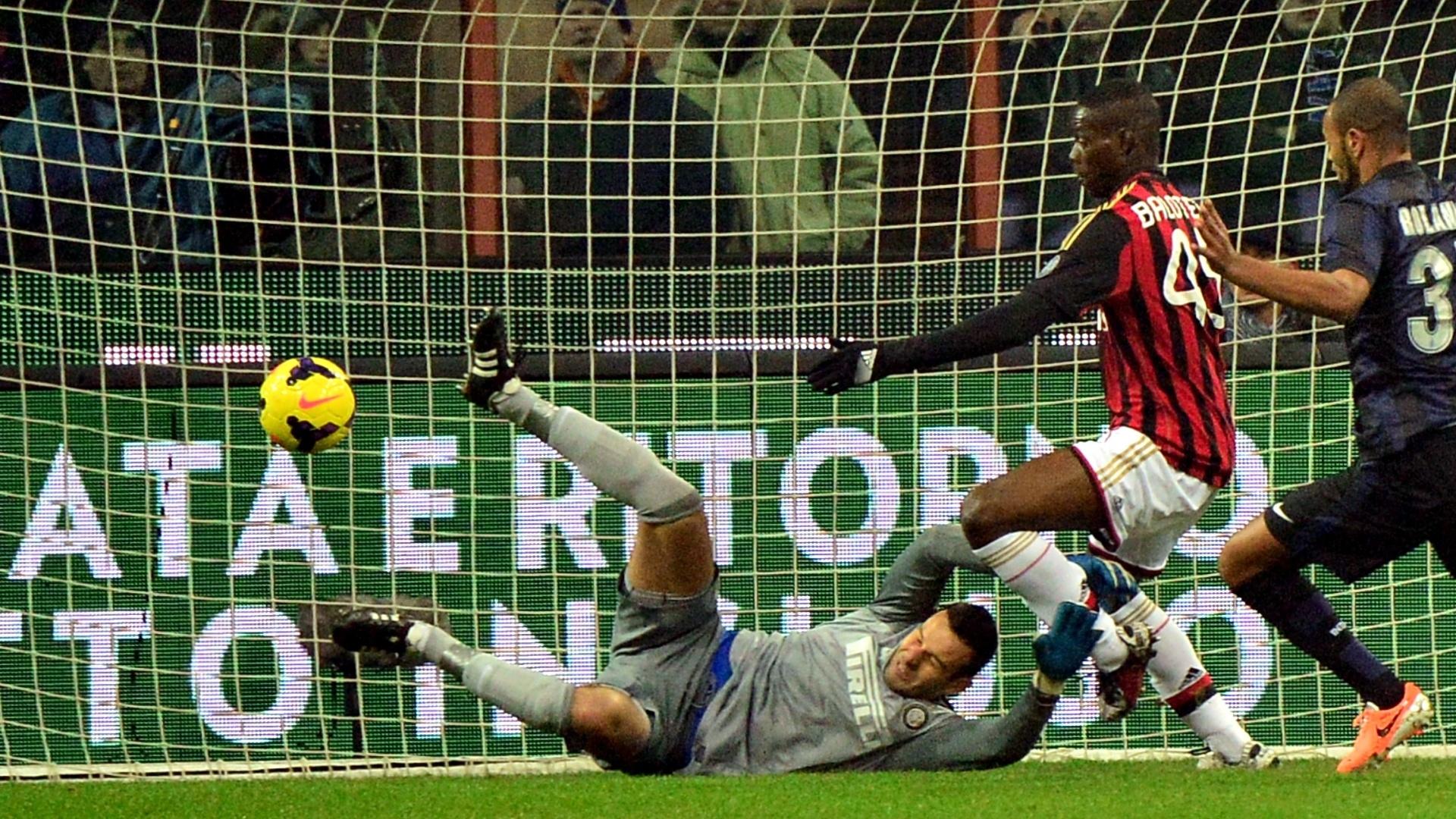22.dez.2013 - Atacante italiano Balotelli tenta pegar o rebote do goleiro Handanovic após finalização de Kaká no clássico entre Milan e Inter de Milão