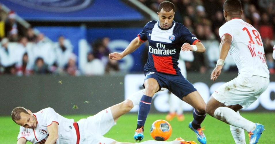 22.dez.2013 - Brasileiro Lucas tenta passar pela marcação na partida entre PSG e Lille