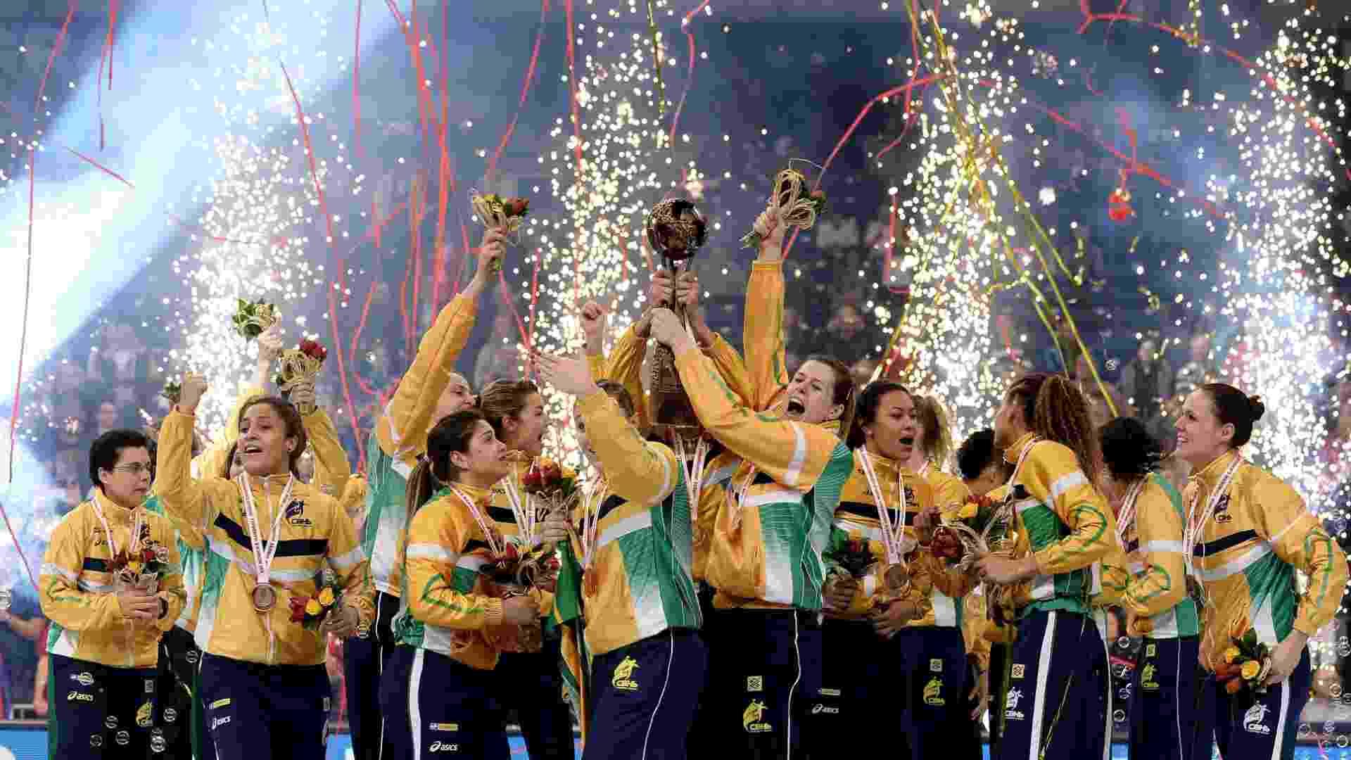 22.dez.2013 - Jogadoras do Brasil comemoram título mundial inédito já com o troféu conquistado ao bater as donas da casa por 22 a 20, na Sérvia - EFE/EPA/GEORGI LICOVSKI