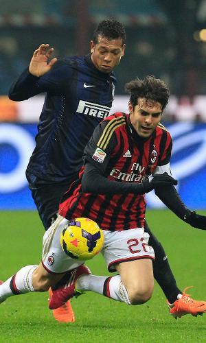 22.dez.2013 - Kaká é derrubado por Guarin no clássico entre Inter de Milão e Milan
