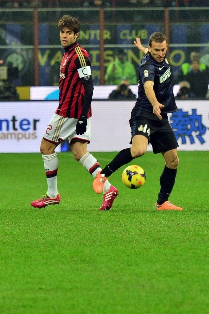 22.dez.2013 - Kaká observa o defensor Hugo Campagnaro, zagueiro da Inter, em duelo pelo Campeonato Italiano