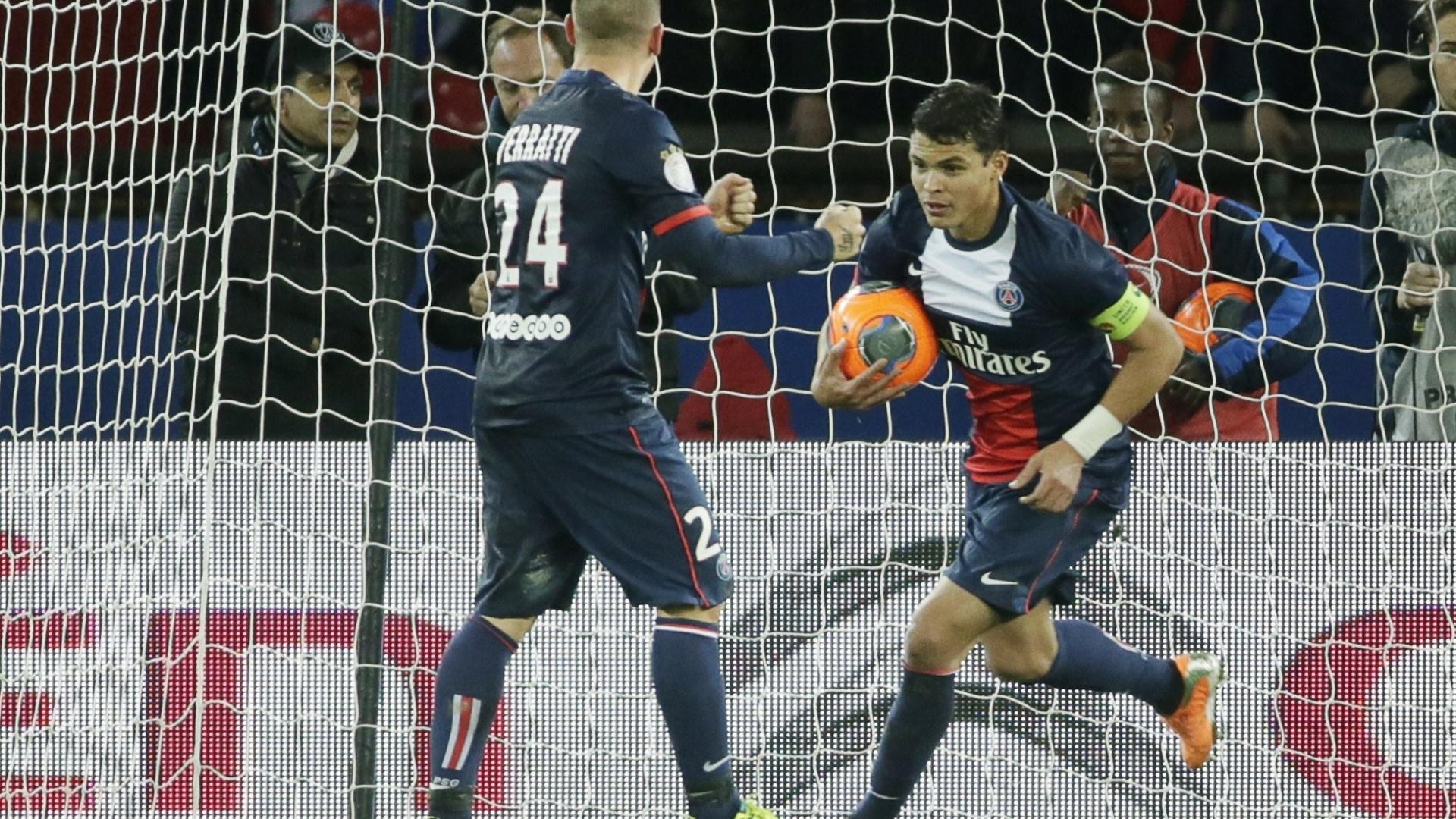22.dez.2013 - Zagueiro brasileiro Thiago Silva leva a bola para o meio de campo após o segundo gol do PSG