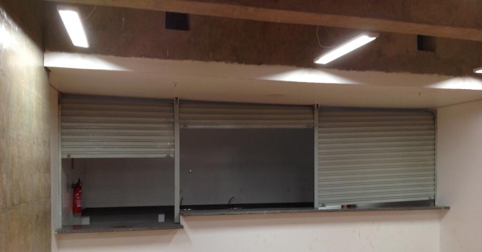 Bar com as portas arrombadas sem ninguém no Mané Garrincha neste domingo (22)