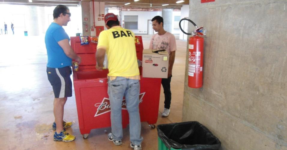 Bar improvisado em corredor interno do estádio Mané Garrincha, em Brasília, neste domingo (22)