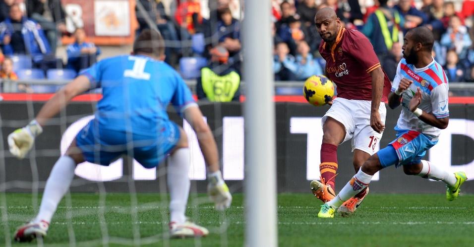 22.dez.2013 - Brasileiro Maicon, da Roma, tenta dominar a bola no jogo com o Catania