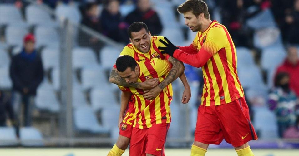 22.dez.2013 - Daniel Alves e Piqué festejam com Pedro gol do Barça contra o Getafe