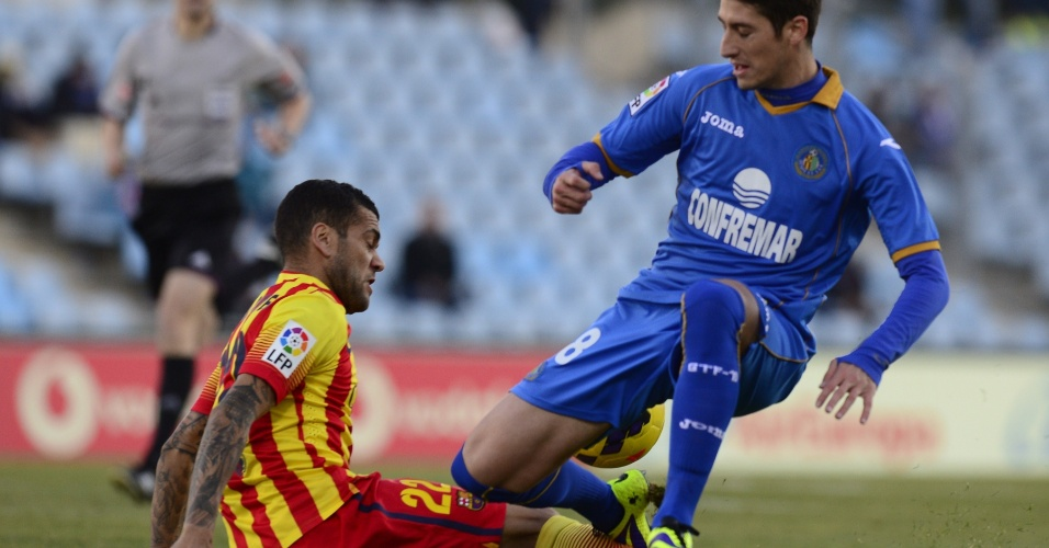 22.dez.2013 - Daniel Alves tenta cortar Sergio Escudero no jogo entre Barcelona e Getafe