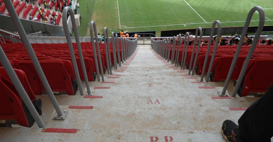 Escada de acesso às arquibancadas no estádio Mané Garrincha, em Brasília, acumula sujeira