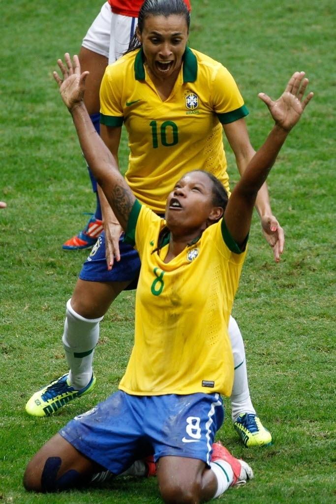 Formiga comemora o seu gol, o primeiro da goleada contra o Chile