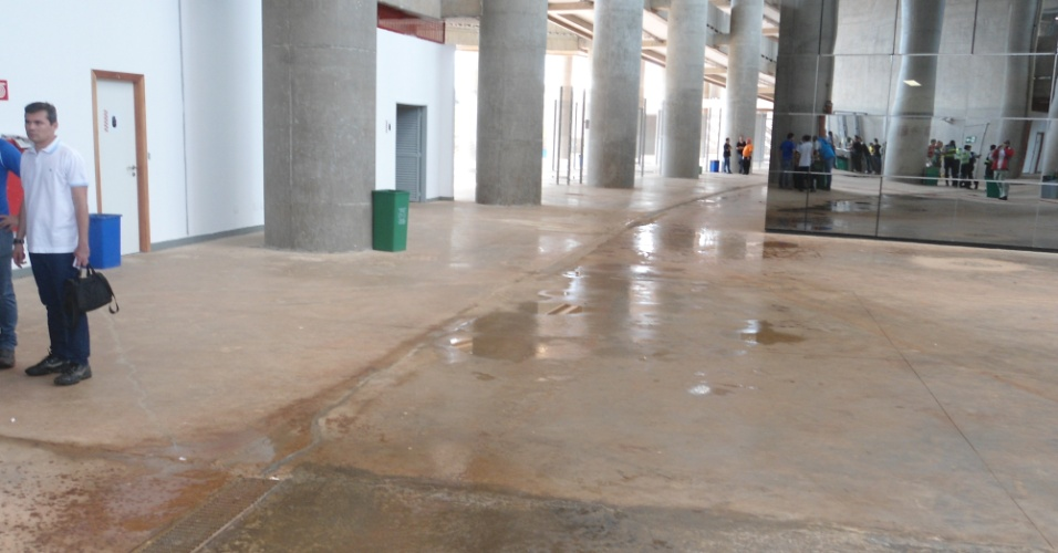 Goteira provocada por vazamento em cobertura do estádio Mané Garrincha, em Brasília, neste domingo (22), faz poça no chão de galeria interna da arena