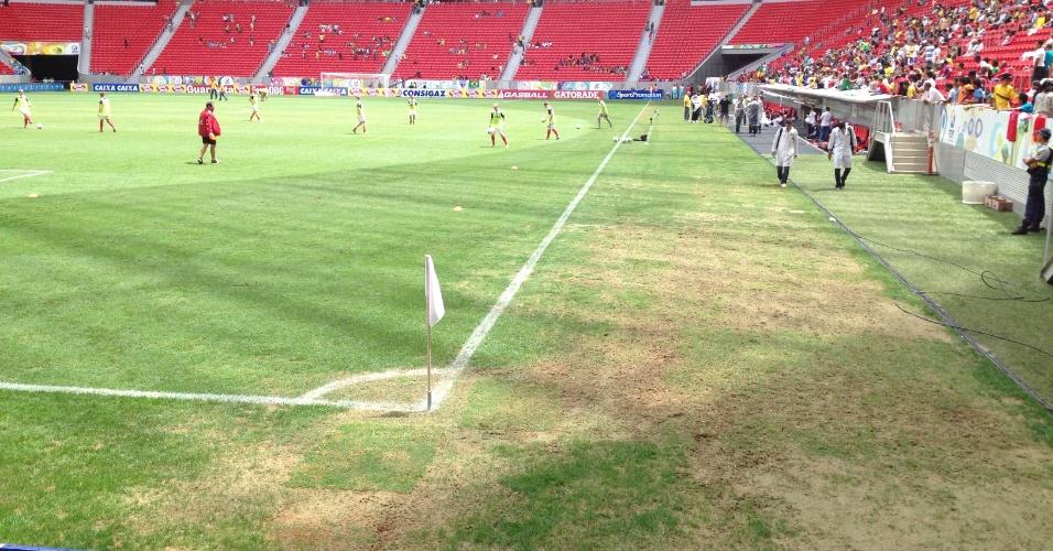 Imagem mostra gramado castigado no estádio Mané Garrincha próximo a um dos escanteios do campo