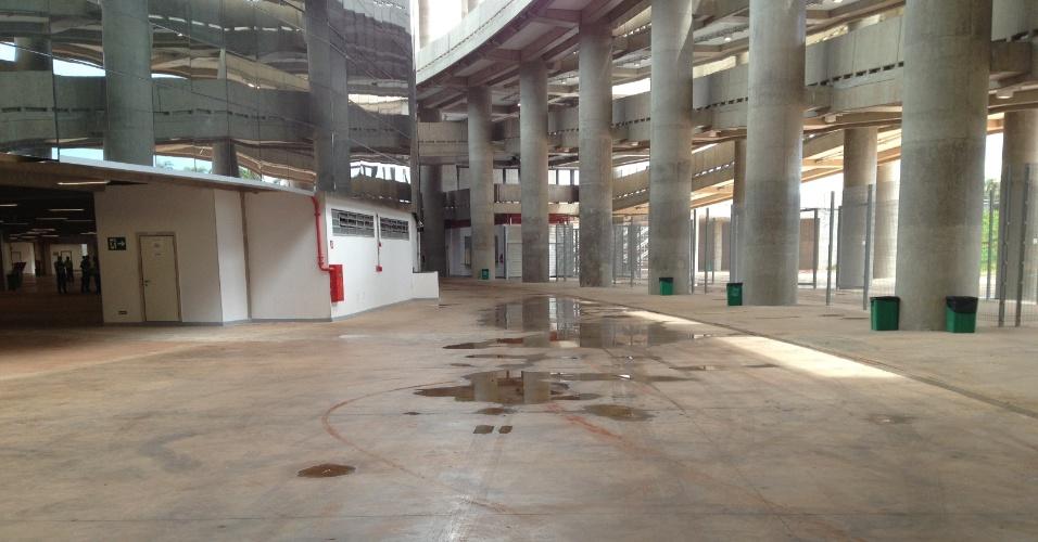 Imagem mostra poça formada por goteira da cobertura no estádio Mané Garrincha, em Brasília, neste domingo (22): arena foi inaugurada há sete meses