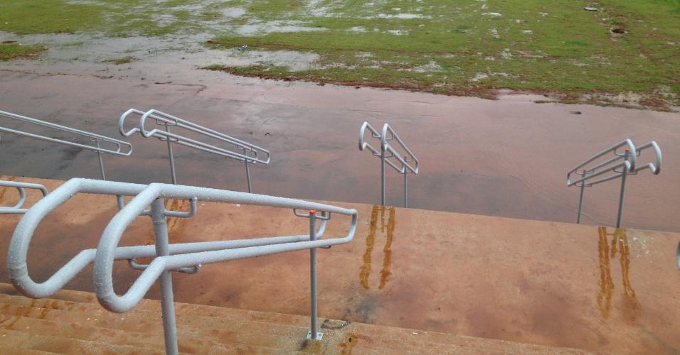 Imagem mostra um dos acessos ao estádio Mané Garrincha, em Brasília: não há como entrar na arena sem passar pelo barro e a grama. Na chuva, local vira lodaçal