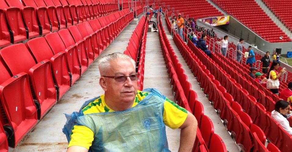 """O securitário Carlos Alberto Siqueira, 66, reclamou das goteiras e dos acessos ao Mané Garrincha: """"Não tem como entrar no estádio sem afundar o pé no barro, todos os caminhos são por cima da grama"""""""