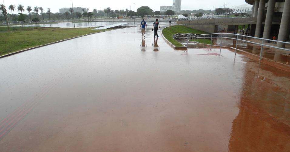 Pátio em área externa do estádio Mané Garrincha com água acumulada em um dos acessos à arena: dificil entrar sem afundar o pé na água