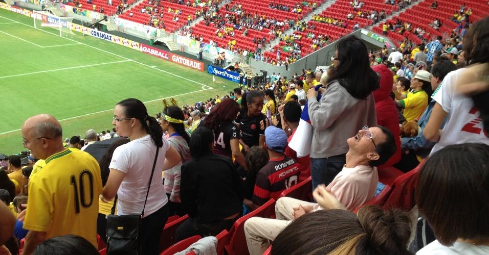 Torcedor olha para cima em busca de goteira sobre sua cadeira na parte coberta da arquibancada do estádio Mané Garrincha: arena costou R$ 1,7 bilhão de acordo com o TC-DFT