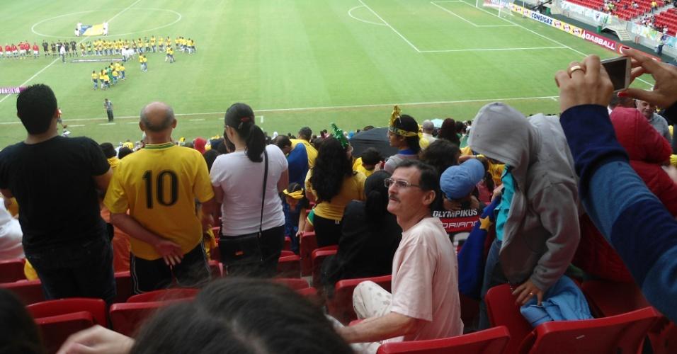 Torcedores fogem de goteiras em parte coberta da arquibancada no estádio Mané Garrincha, neste domingo (22): arena foi inaugurada há 7 meses e teve custo de R$ 1,7 bilhão