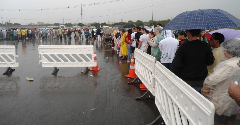 Torcedores sofreram debaixo de chuva nas filas formadas para entrar no estádio Mané Garrincha, em Brasília, neste domingo (22)