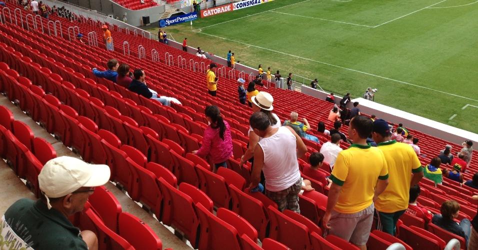 Torcedores trocam de lugar durante torneio de futebol feminino neste domingo (22) no estádio Mané Garrincha: goteiras por toda a parte