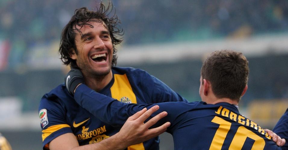 22.dez.2013 - Veterano Luca Toni comemora com brasileiro Jorginho o gol do Hellas Verona