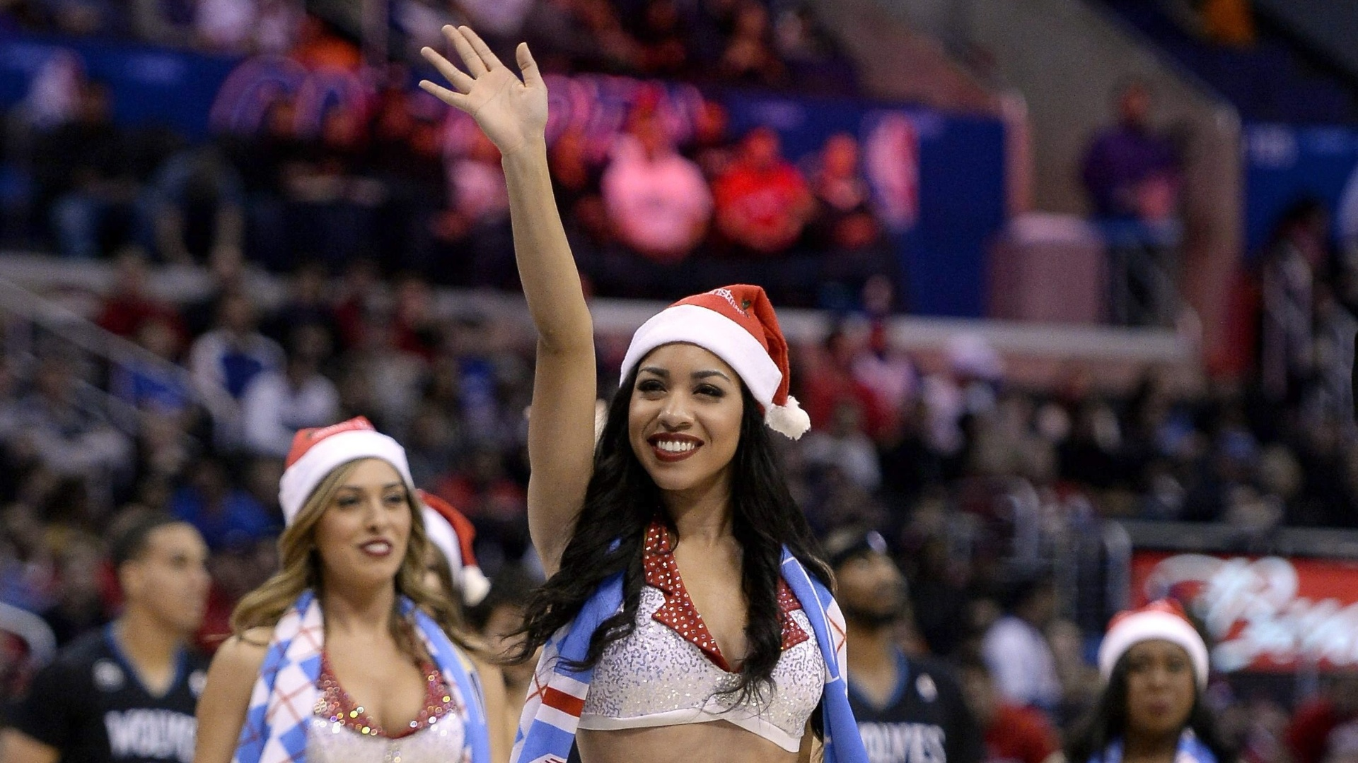 22.dez.2013 - Cheerleaders dos Los Angeles Clippers entram no clima do Natal e desfilam vestidas de Papai Noel