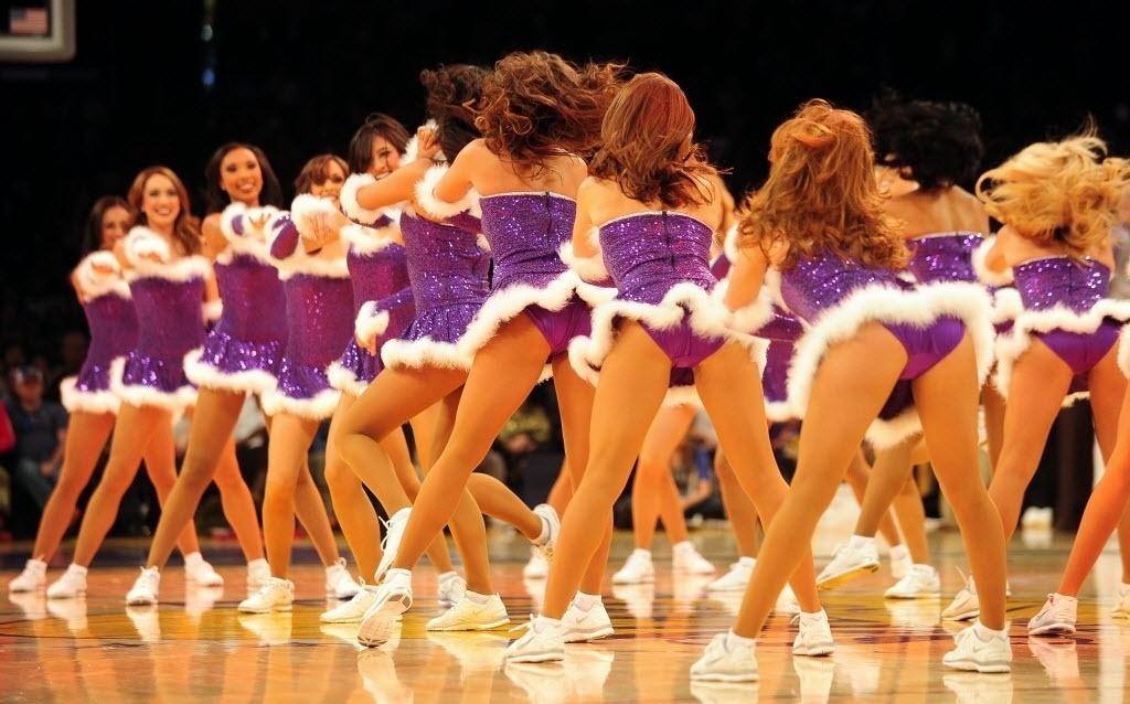 25.dez.2013 - Cheerleaders agitam jogo entre Los Angeles Lakers e Miami Heat
