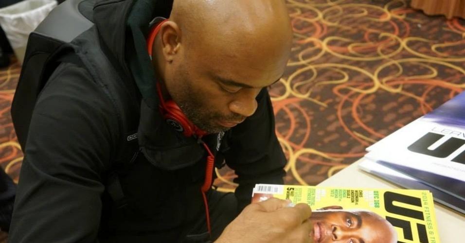 Anderson Silva assina revista do UFC