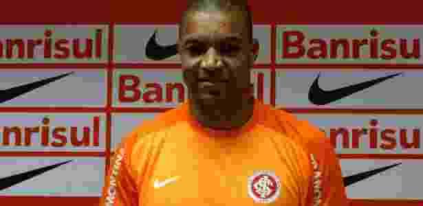 23.dez.2013 - Dida faz sinal de positivo em sua apresentação como jogador do Inter - Jeremias Wernek/UOL