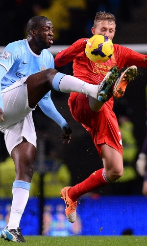 26.dez.2013 - Yaya Touré, do Manchester City, disputa bola com o brasileiro Lucas Leiva, do Liverpool, no Boxing Day