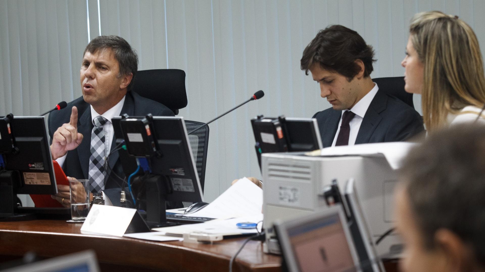 27.dez.2013 - Procurador-geral do STJD Paulo Schmitt argumenta durante sessão do Pleno no Rio de Janeiro