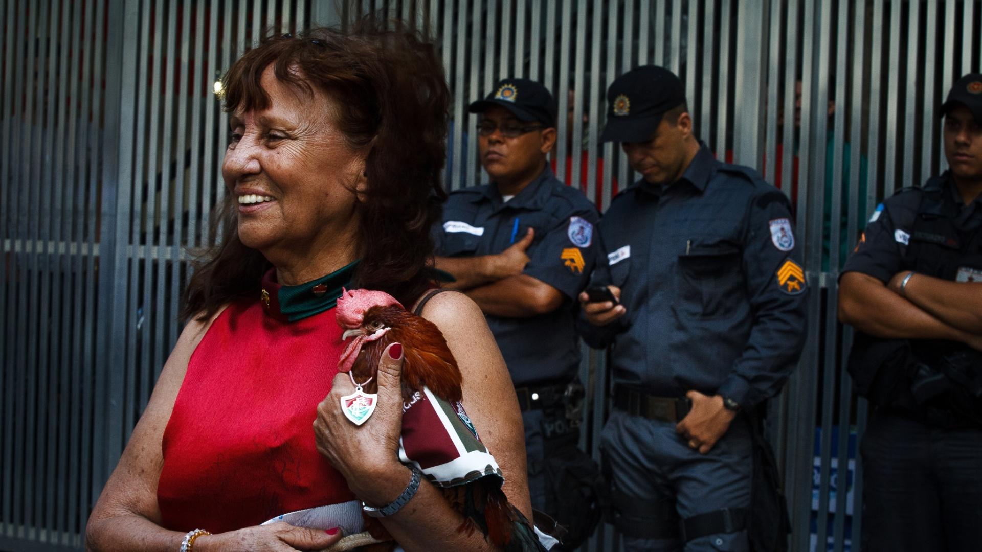 27.dez.2013 - Torcedora leva galo de estimação para acompanhar o julgamento da Portuguesa no STJD