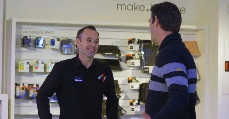 Andrés Iniesta vira vendedor de celular em 'pegadinha' de empresa eletrônica