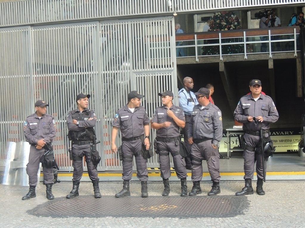 Policiais fazem a proteção do prédio onde fica o Superior Tribunal de Justiça Desportiva, no Rio de Janeiro